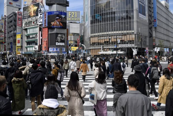 消費者で混み合う渋谷のスクランブル交差点(17日)