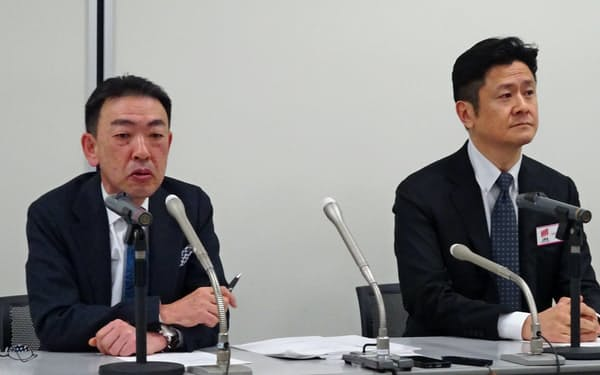 記者会見する松井証券の松井氏(左)と和里田氏(25日、東証)