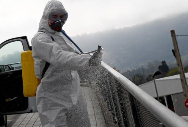 スペインでは新型コロナ拡大を防ごうと消毒作業が続く(スペイン北部)=ロイター