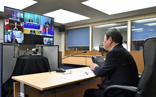 25日、外務省でテレビ会議形式のG7外相会合に臨む茂木外相=外務省提供