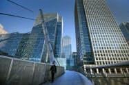 通勤時間帯に閑散とした英ロンドンの新金融街カナリーワーフ(25日)=AP