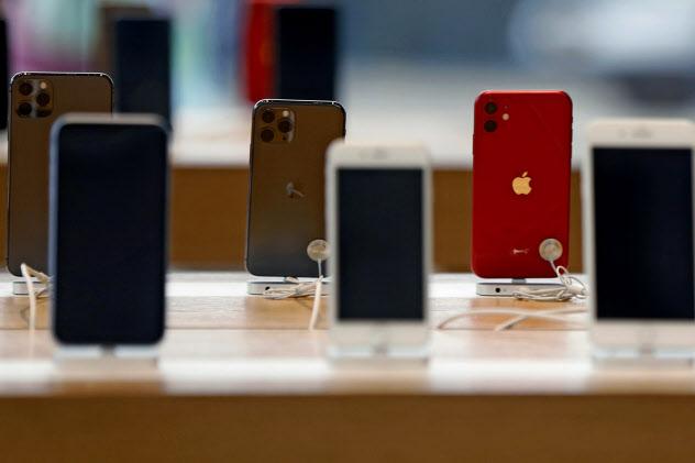 米アップルのiPhone(3月、米ニューヨークのアップルストア)=AP