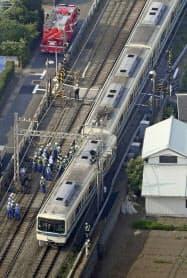 踏切で乗用車と衝突し、先頭車両が脱線した小田急線の車両(2019年6月、神奈川県厚木市)=共同