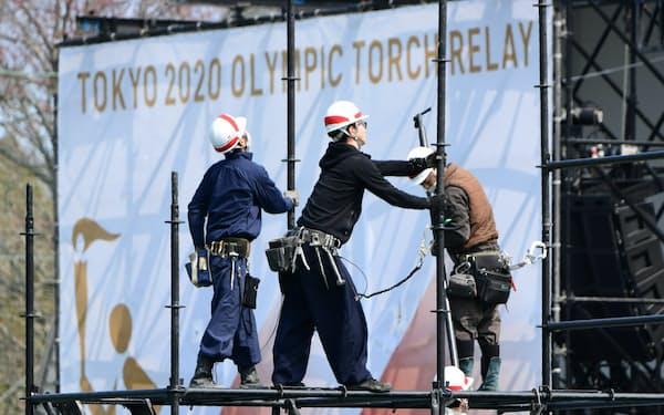 聖火リレーのスタート地点となる予定だったJヴィレッジでは会場の撤去作業が進む(26日、福島県楢葉町)=柏原敬樹撮影