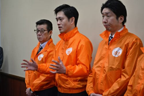 記者団の取材に応じる吉村知事(中)と松井市長(左)(26日、大阪府庁)