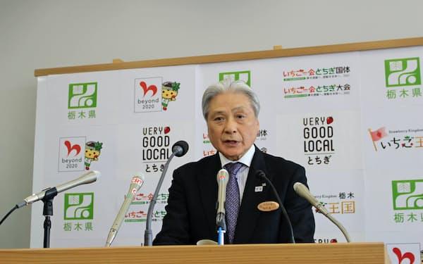 記者会見で都内への外出自粛を求めた栃木県の福田富一知事(26日、宇都宮市)