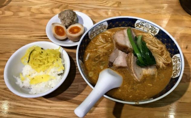 福山氏のお気に入りは大きな豚肉がのった太肉(だあろう)担々麺です