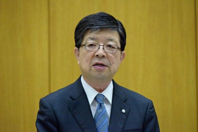 記者会見する原田社長(26日、東北電力本店)