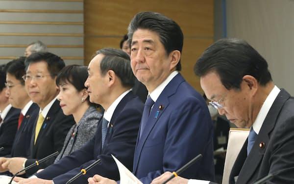 月例経済報告関係閣僚会議に臨む安倍首相(26日、首相官邸)