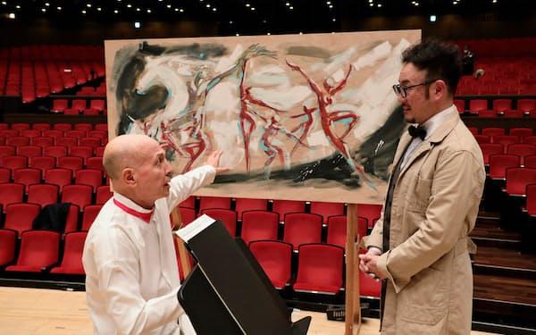 ライブドローイングの作品を前に話す指揮者の井上道義(左)と、グラフィックアーティストのカズ・オオモリ=飯島 隆撮影