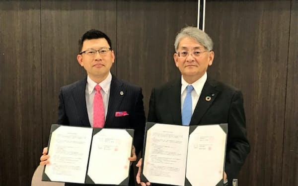 連携協定を結んだ熊本銀行の野村俊巳頭取(右)と熊本県弁護士会の清水谷洋樹会長(26日、熊本市)