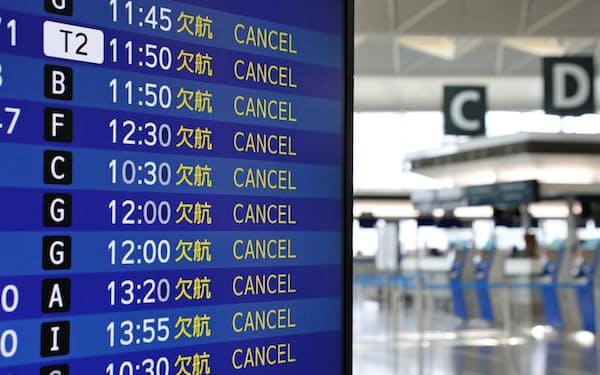 国際便の欠航を知らせる電光掲示板(26日、中部国際空港)