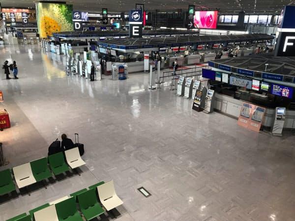 成田空港内は人がほとんどいない状態だ(26日)