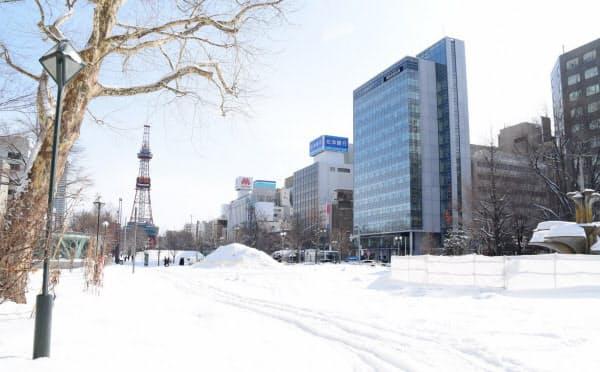 外出自粛の要請後、最初の週末を迎えた大通公園は人通りがほとんどなかった(2月29日、札幌市)