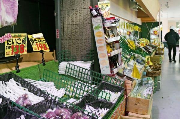 週末を前に買い物客が多く訪れ、大根や春キャベツが売り切れたスーパーの野菜コーナー=26日午後、東京都練馬区のスーパー「アキダイ」