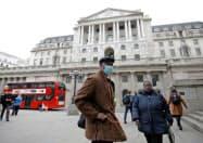 英ロンドンの金融街シティーにあるイングランド銀行=ロイター