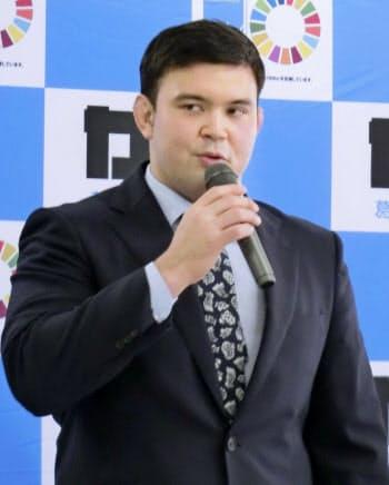 東京都葛飾区長を表敬訪問し、あいさつする柔道男子100キロ級代表のウルフ・アロン(26日)=共同