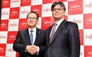 富士通の田中達也会長(左)が3月末で退任し、新たに発足するシステム子会社の会長に(写真は昨年の社長交代会見)
