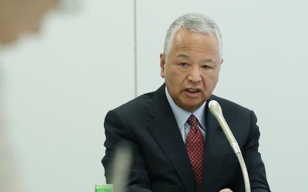 自民党税制調査会の幹部会合を終え、記者会見する甘利明会長(26日、国会内)