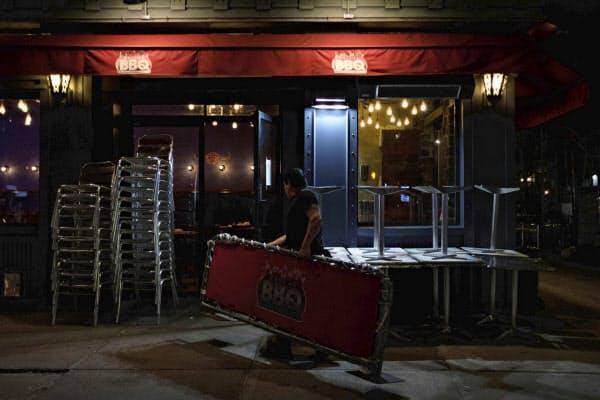 新型コロナ対策として、米大都市ではレストラン内での飲食が禁じられた(写真はニューヨーク市)=AP