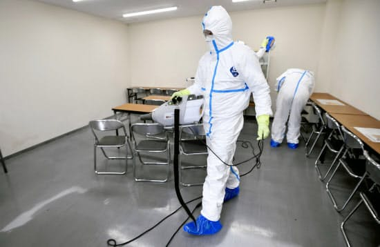 阪神の2軍施設で行われた消毒作業(26日、兵庫県西宮市)
