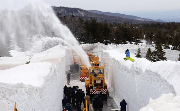 青森に春到来「雪の回廊」 八甲田・十和田ライン