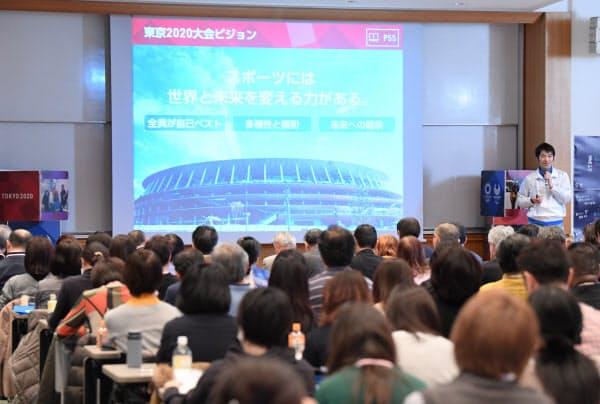 研修を受ける東京五輪・パラリンピックのボランティア(2019年10月、東京都渋谷区)