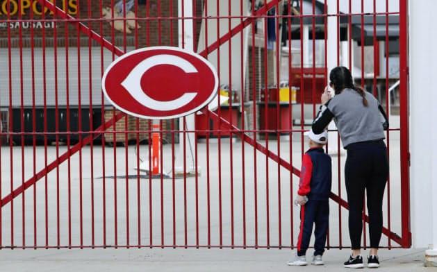 球場の中をのぞき込むレッズのファン(26日、シンシナティ)=USA TODAY