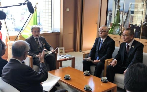 栃木県商工会議所連合会は県に中小企業や小規模事業者への支援を要望した(17日、栃木県庁)
