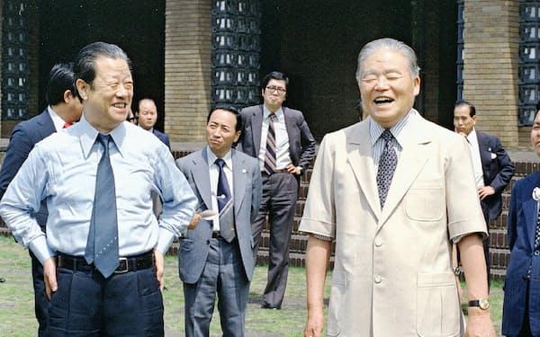 「省エネルック」はクールビズの源流となるなど大平元首相(右)は時代を先取りした政策を打ち出した(1979年)