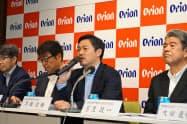 中期経営計画を発表する早瀬京鋳CEO(右から2人目)(27日、那覇市)