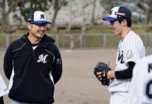 ロッテ・吉井理人投手コーチ(左)は、佐々木朗にあえてゆっくり調整させた=共同
