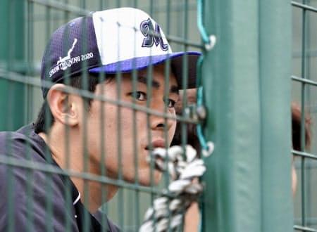 台湾プロ野球楽天との練習試合を、ネット越しに見学するロッテ・佐々木朗=共同