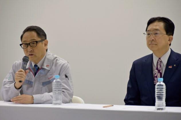 式典に出席したトヨタ自動車の豊田社長(左)と岩手県の達増知事(27日、トヨタ自動車東日本岩手工場)