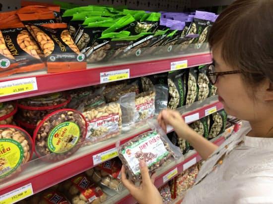 ベトナムでは殻が付いたままのカシューナッツが多い(ハノイ)