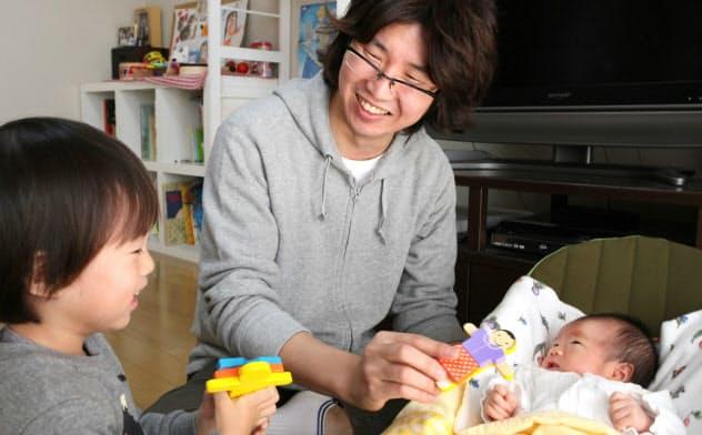 育児休業を取り、子育てをするベネッセコーポレーションの男性社員