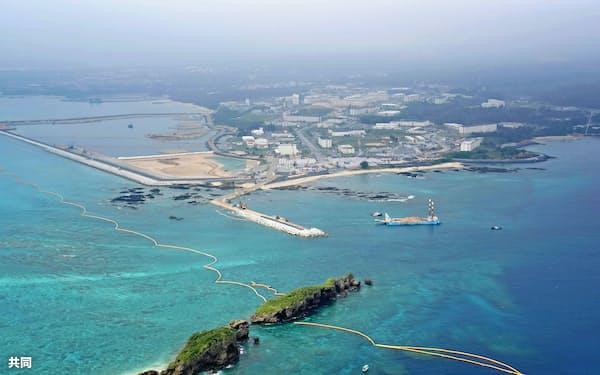 米軍普天間基地の移設先として埋め立てが進む沖縄県名護市辺野古の沿岸部。右は軟弱地盤が存在する海域(共同)