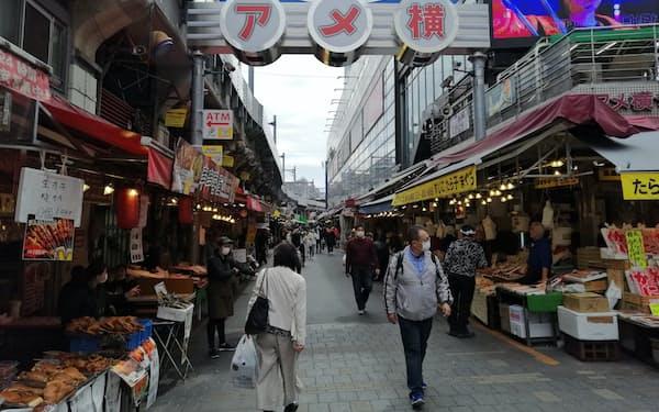 東京・上野のアメ横は来訪者が前年より8割減っているといい、人通りが少ない(27日)