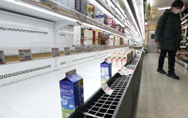 都内のスーパーでは牛乳など一部商品が品薄になった(27日、東京都台東区)