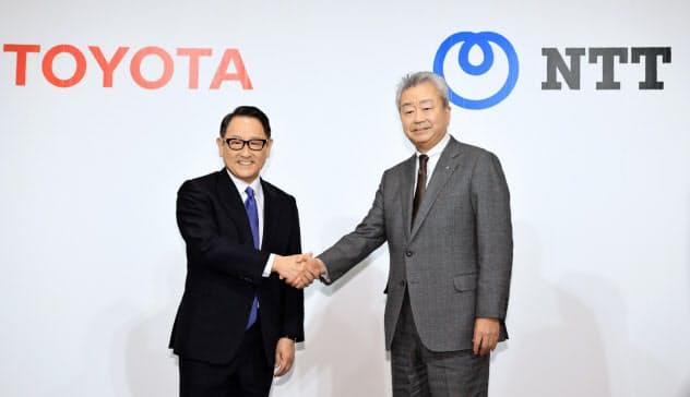 資本提携を発表し、握手を交わすトヨタの豊田章男社長(左)とNTTの澤田純社長(24日、東京・千代田)