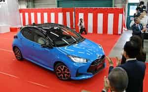 ラインオフ式の会場から走り出すトヨタ自動車の新型「ヤリス」(岩手県金ケ崎町のトヨタ自動車東日本岩手工場)