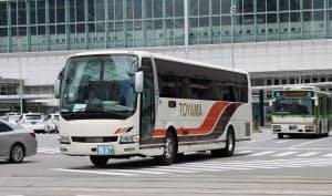 富山から高山や名古屋に向かう高速バスを減便する(富山駅前を走る富山地鉄の車両)