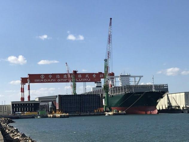 大型船を建造する今治造船の丸亀事業本部(香川県丸亀市)