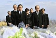 高校山岳部員ら8人が死亡した雪崩事故から3年となり、献花式に出席した栃木県教育委員会の荒川政利教育長(前列右)と県高体連の塩沢好和会長(同左)=27日、栃木県那須町=共同