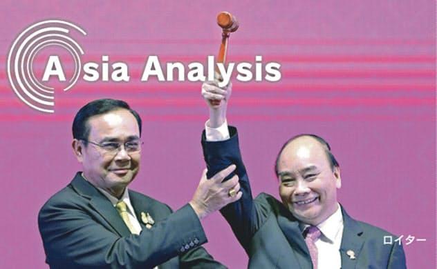 タイのプラユット首相(左)からASEAN議長国を引き継いだベトナムのフック首相。あれから5カ月足らずで、世界情勢は一変した(2019年11月、バンコク)=ロイター