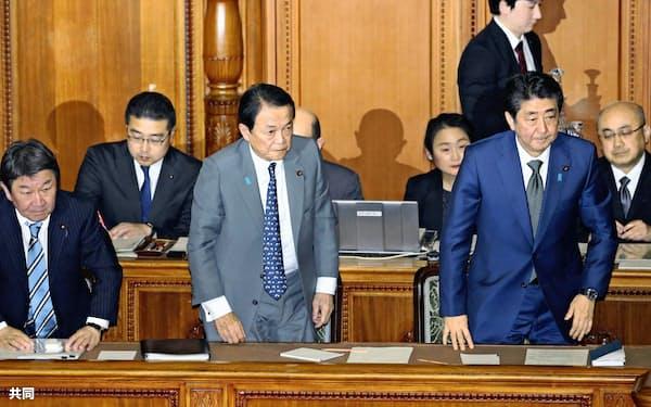 参院本会議で2020年度予算が可決・成立し、一礼する安倍首相(右)ら(27日午後)