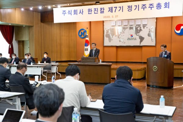 韓進KALの株主総会は予定から3時間遅れで始まり、5時間半後に終了した(27日、ソウルにある韓進KAL本社)