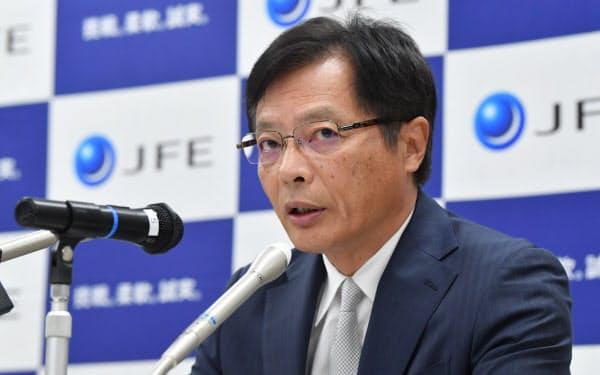 記者会見するJFEスチールの北野社長(27日、東京都中央区)