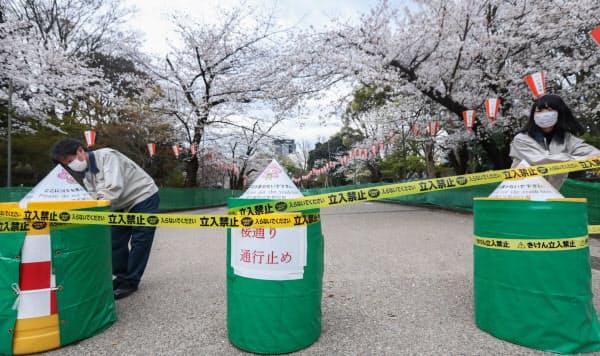 上野公園の「さくら通り」を封鎖する都職員(27日、東京都台東区)