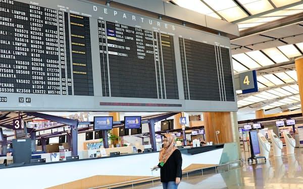 シンガポールのチャンギ空港は運休が相次ぎ閑散としている(27日)